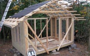 Крыша курятника - на фото процесс строительства