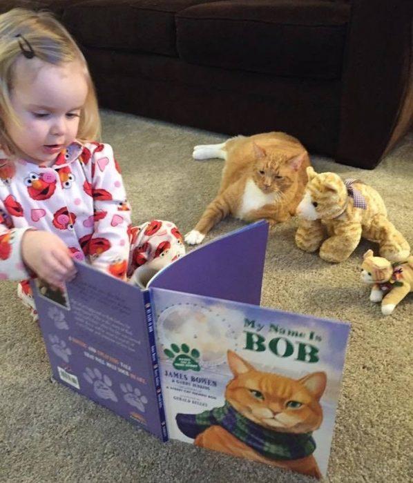 Маленькая Эбби «читает» книжки коту