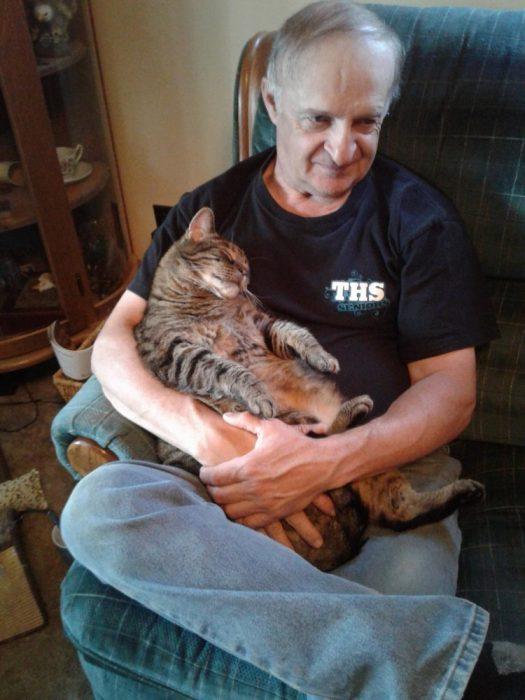 Кот на коленях у мужчины