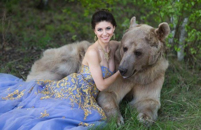 Медведь с девушкой-моделью