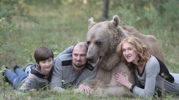 Семейное фото с медведем