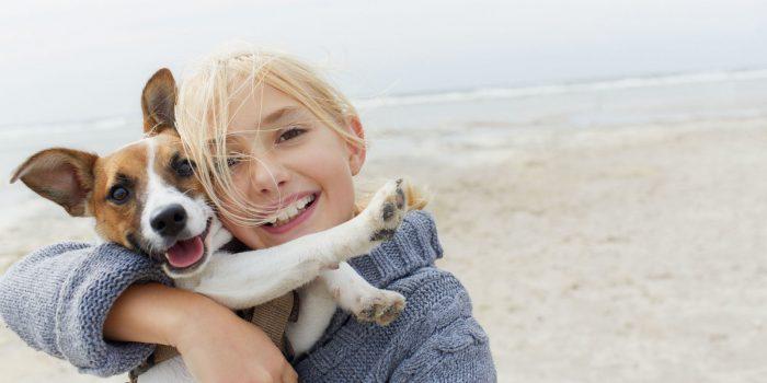 Девочка на руках с собакой
