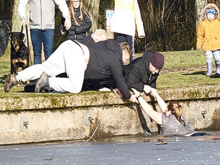 Очевидцы помогают девушке выбраться на берег