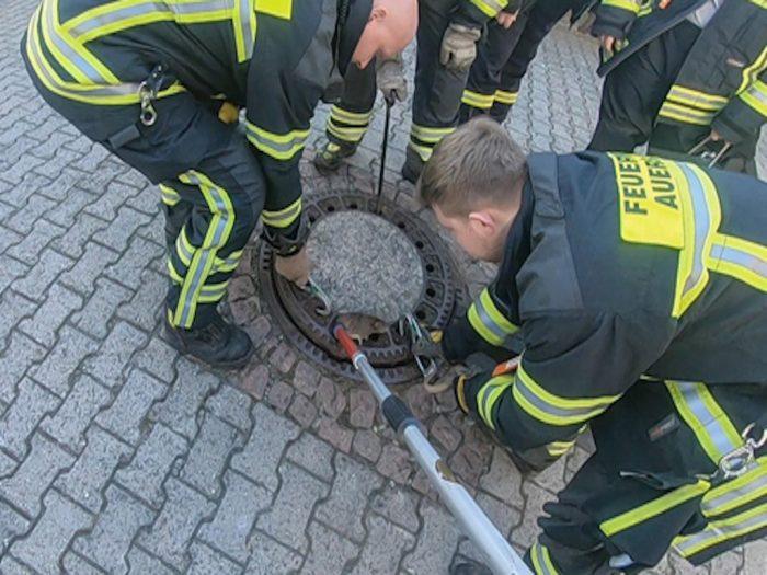 Пожарные спасают крысу