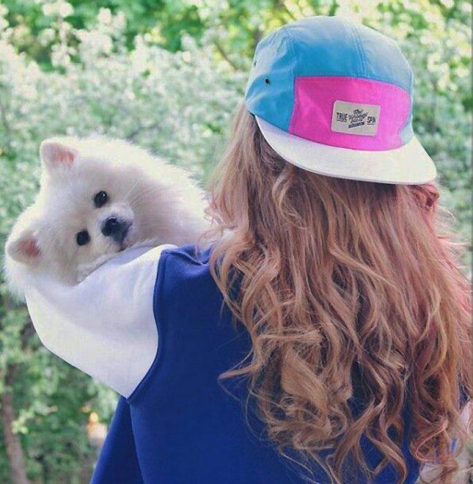 Девушка с собакой на руках