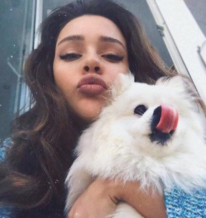 Маша Вэй с собакой позируют