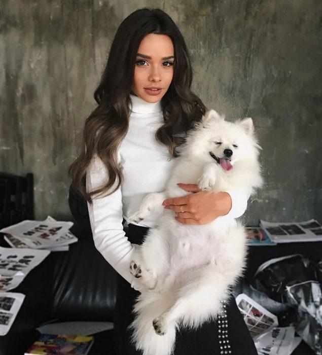 Маша Вэй держит собаку на руках