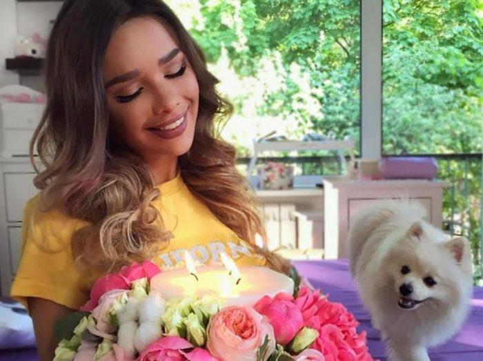 Маша Вэй с цветами и собакой