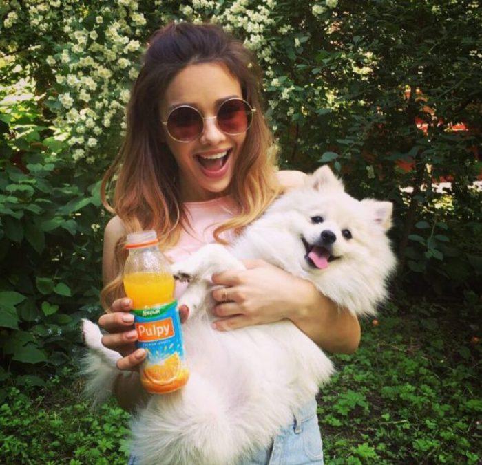 Маша Вэй с напитком и собакой