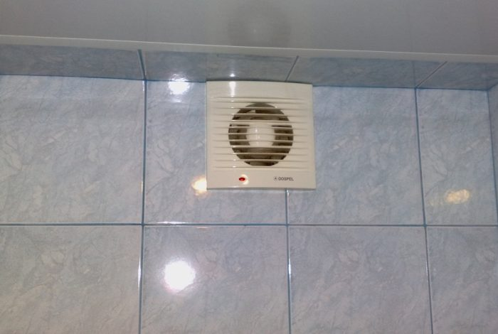 Вытяжной вентилятор на стене в ванной