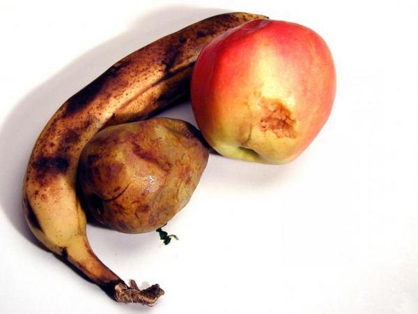 Подгнившее яблоко, груша и банан