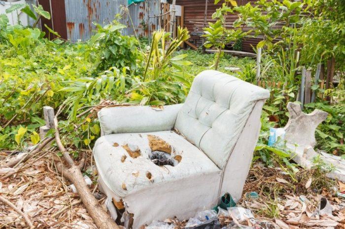старое белое кресло на улице