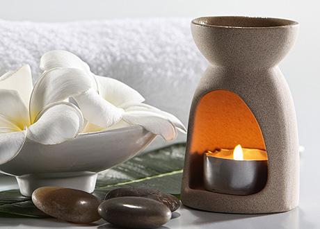 аромалампа с зажжённой свечой-таблеткой
