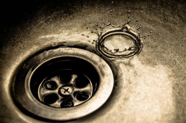 Вода около слива в раковине