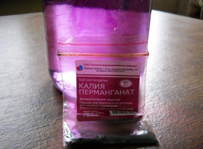 Калия перманганат в пакете и его водный раствор в стакане