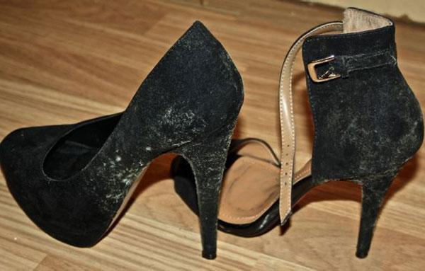 Чёрная обувь с пятнами плесени