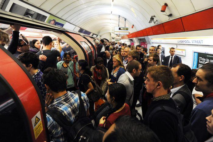 Большое скопление людей в метро