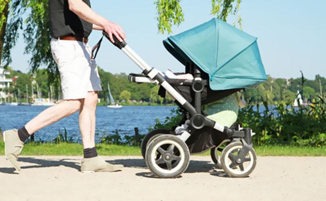 Мужчина с ребёнком в коляске