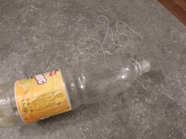 пластиковая бутылка для мышеловки и нитка