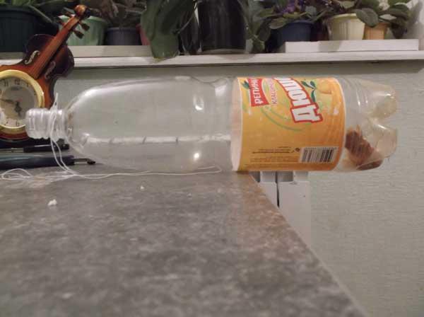 установленная ловушка для мышей из пластиковой бутылки