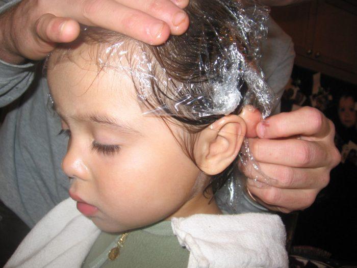 Полиэтиленовая шапочка по голове у ребёнка