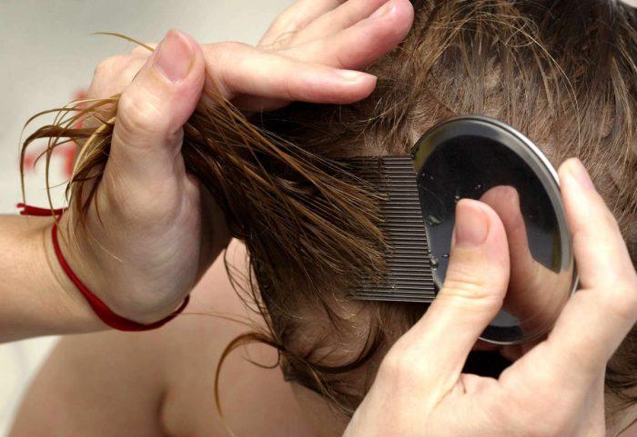 Расчёсывание волос гребнем