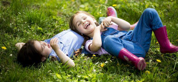 дети наслаждаются отдыхом на природе