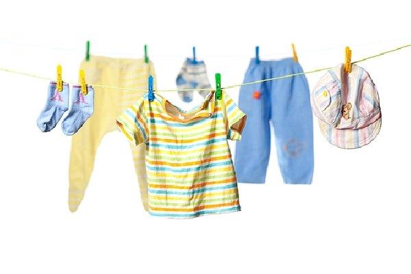детская одежда, подвешенная на прищепках
