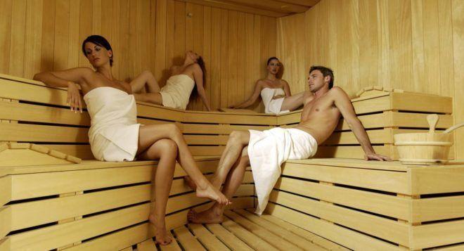Три девушки и парень в парной в бане