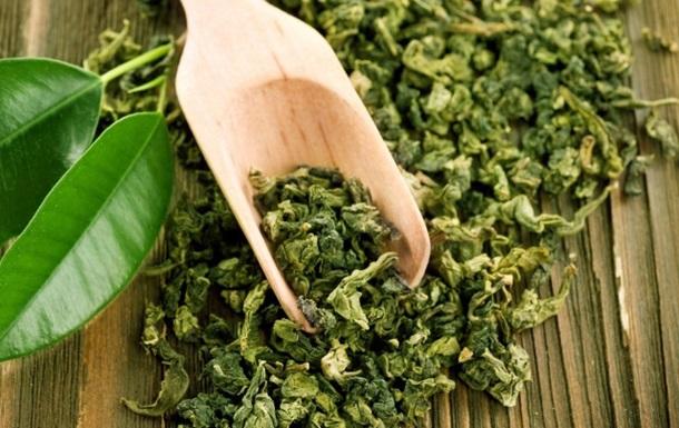 Деревянной лопаточкой зачерпнули зелёный чай