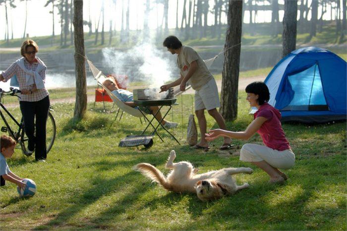 Люди с палаткой на природе