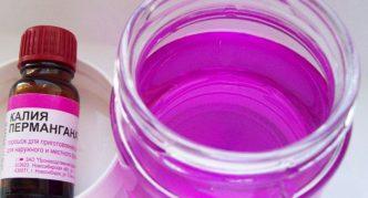 Калия перманганат и сосуд с жидкостью