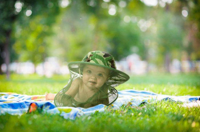 Ребёнок в москитной сетке