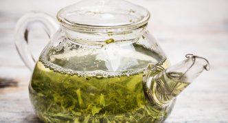 Зелёный чай в стеклянном чайнике